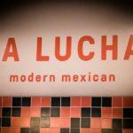Schriftzug über stylischem Fliesenspiegel im La Lucha